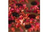 chocri vegane Schokoladentafel 'Vegolade mit Beeren' bestreut mit Himbeeren, Erdbeeren, Cranbeeries und Heidelbeeren Nahaufnahme, Detailansicht