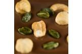 chocri vegane Schokoladentafel 'Vegolade mit Nüssen' mit Cashewkerne, Haselnüsse und Pistazien Nahaufnahme, Detailansicht