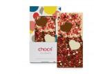 chocri Vollmilch- und weiße Schokoladentafel mit Schokoherzen, Erdbeerstücken und Schokokugeln in der Verpackung und einzelnd davor stehend