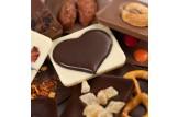 chocri Schokoladenmix Weltreise 'Von Herzen' zum Muttertag mit Zutaten wie Schokoherzen und Ingwer Nahaufnahme, Detailansicht