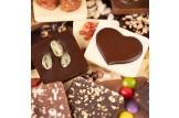 chocri Schokoladentafeln Mix Weltreise 'von Herzen' mit Zutaten wie Pistazien und Schokoherz Nahaufnahme, Detailansicht