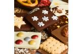 chocri Minischokoladentafelmix 'Winterweltreise' bestreut mit weihnachtlichen Zutaten wie gebrannte Mandeln  Nahaufnahme, Detailansicht