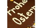 XXL Vollmilch-Schokoladentafel handbeschriftet mit Oster-Botschaft in einer hochwertigen Holzkiste Detail Schrift