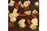 chocri milchfreie Zartbitterschokoladentafel 'Zartbitter exotisch' mit Goji-Beeren und Ingwer Nahaufnahme, Detailansicht
