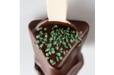 chocri Zartbitter-Trinkschokolade 'Zartbitter-Minze' mit Minzgranulat bestreut  Nahaufnahme, Detailansicht