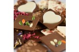 chocri Schokoladentafeln Mix Weltreise 'Zeit zu Zweit' mit Zutaten wie weiße Schokoherzen Nahaufnahme, Detailansicht