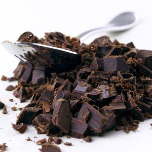 Am Anfang heißt es stets: Fertige Schokolade klein hacken oder raspeln für die Kakaomasse