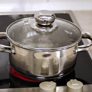 Einfache Geräte für die Küche mit großer Wirkung: Topf mit heißem Wasser