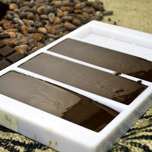 Schokolade fertig gegossen und leicht geklopft in der Form