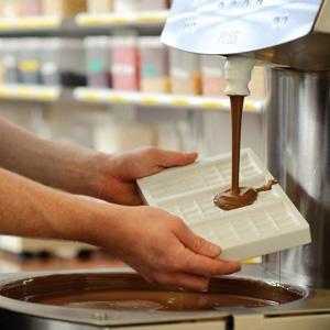 Leckere Schokolade gießen und sie zur besten Form bringen