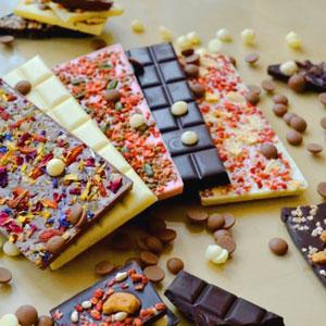 Die fertige Vielfalt hübsch dekorierter Schokoladentafeln bei chocri