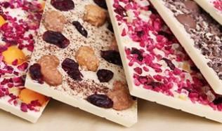Weiße Schokolade mit allerlei bunten Köstlichkeiten wie Früchte und Nüsse © chocri