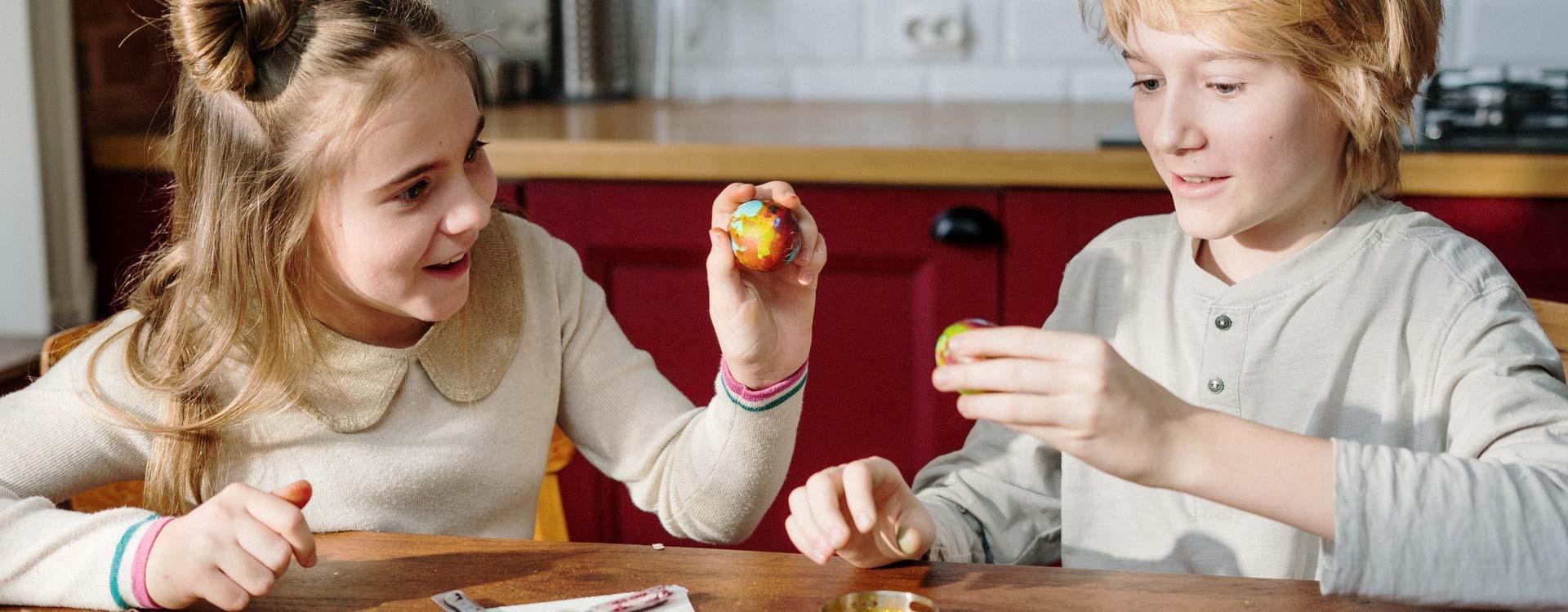 Ostereier färbern und bemalen: Das macht vielen Kindern und Erwachsenen einen Riesenspaß!