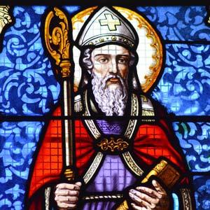Bild eines klassischen Fensters mit Mosaik vom Heiligen Nikolaus