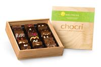 Vegane Schokofans kommen mit der veganen Schokoladen-Weltreise in der nachhaltigen Holzbox natürlich auch ganz auf ihre Kosten