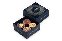 Unsere von Hand gefertigten Pralinen mit Karamell, Speculoos, Mandeln und Marzipan verführen in goldverzierter Geschenkverpackung nicht nur zu einem guten Kaminabend