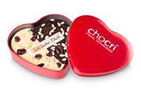 Zeig Deiner besseren Hälfte mit dieser Schokoladentafel in einer hübschen herzförmigen Geschenkdose aus lackiertem Metall, dass Du sie liebst
