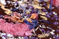 Je näher Dein Blick den köstlichen Zutaten wie Blütenmix, Veilchenblütenbruch und Echtsilberpulver kommt, desto schwieriger wird es für Dich, den exquisiten Schokoladen von chocri zu widerstehen