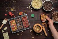 Individuelle Schokolade selber machen und von Hand bestreuen macht Spaß und schafft ein ganz persönliches Geschenk