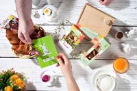 Zu Ostern lässt chocri Deine Schokoladenhasen, Ostergeschenke und Manufakturschokoladen gerne wild und frei auf die frische Frühlingswiese