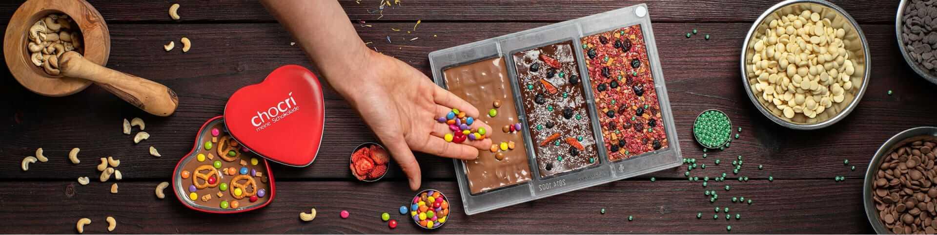 chocri Individuelle Schokolade auf dem Holztisch mit Vollmilch und Zartbitterschokolade zu Weihnachten